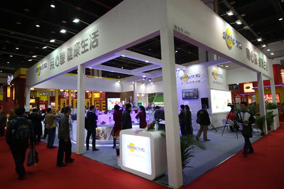 2014中国(国际)调味品及食品配料博览会于2014年11月17日-11月19日在上海光大会展中心举办。本次展会由中国调味品协会,作为行业内唯一品牌展会,为企业宣传品牌、展示新品、投资洽淡、相互交流提供了非常重要的平台,为调味品产业链相关生产企业、经销商、零售商之间建立联系、进行贸易洽谈提供了机会,得到了业内人士的一致好评。也成为了商务部内贸领域引导支持展会、商务部批准的调味品专业展会。 本届展会部分参展商选择了毕加展览为自己的展台进行设计搭建,作为业内一流的展览公司,毕加展览拥有具备国际设计水平的设计团